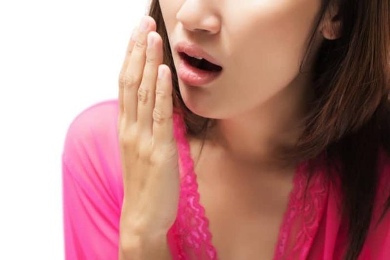 Người không chú ý vệ sinh răng miệng rất dễ tổn thương lợi