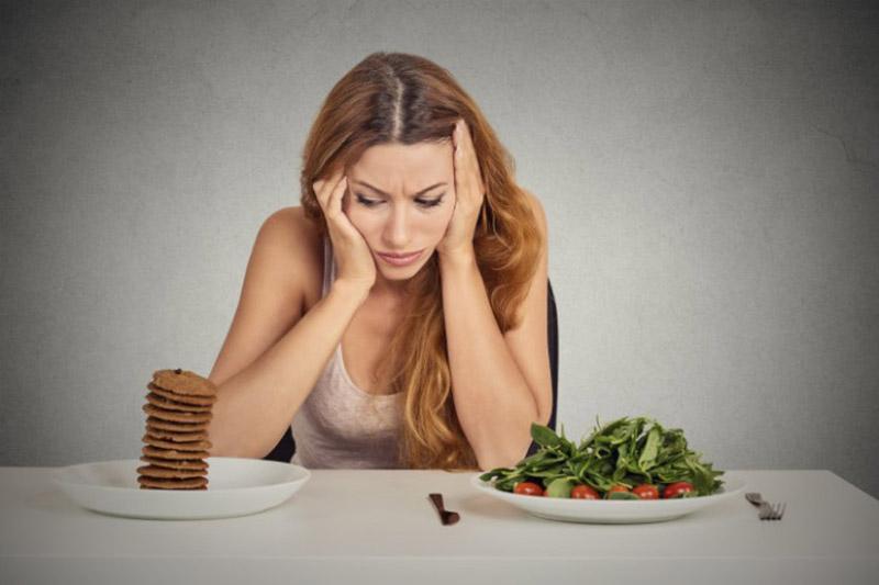Đau răng ê buốt khiến việc ăn uống bất tiện