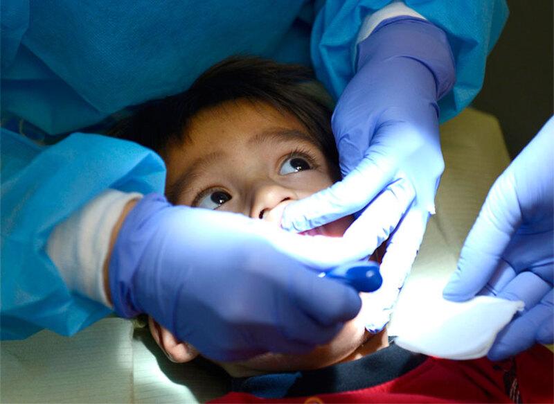 Nha sĩ tiến hành trám răng cho trẻ