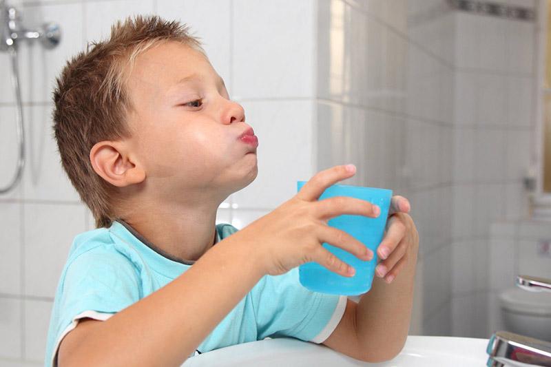 Súc miệng bằng nước muối giúp loại bỏ vi khuẩn hiệu quả