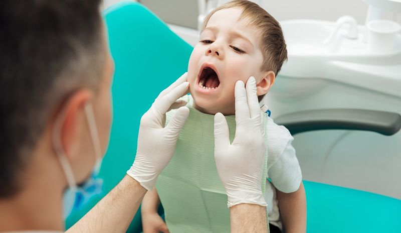 Phụ huynh nên đưa con đến gặp nha sĩtrẻ bị sún, tốt nhất phụ huynh nên đưa con đến gặp nha sĩ