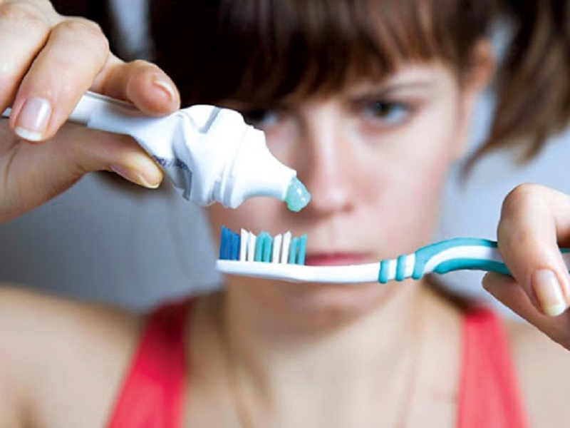Quá trình vệ sinh răng miệng không đúng khiến cho khoang miệng không được sạch sẽ