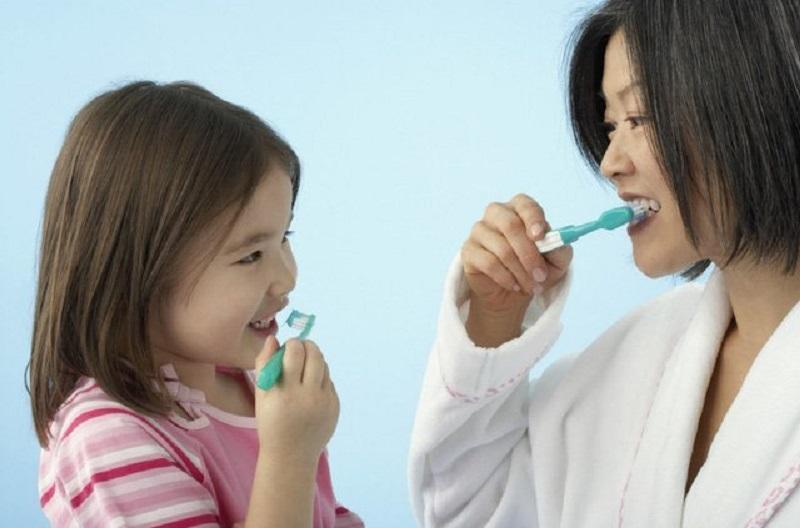 Hướng dẫn trẻ chăm sóc răng cẩn thận là cách tốt nhất để phòng ngừa áp xe răng