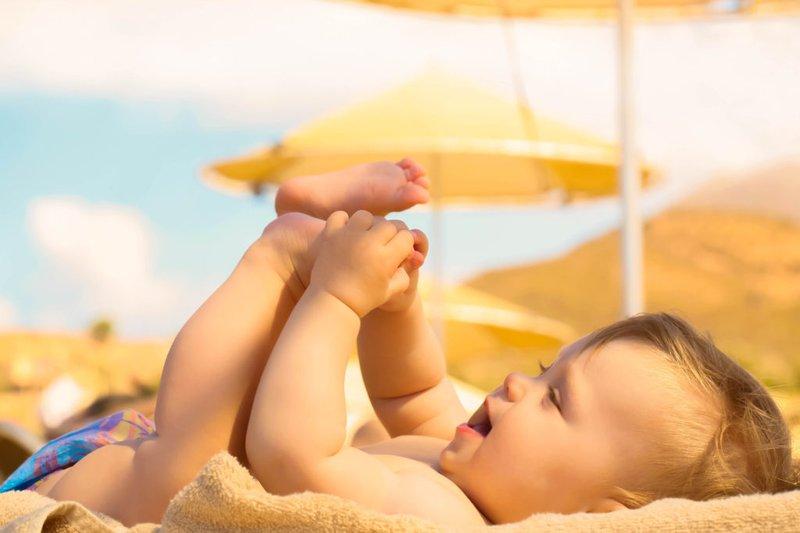 Tắm nắng có tác dụng giúp tăng hàm lượng vitamin D rất tốt