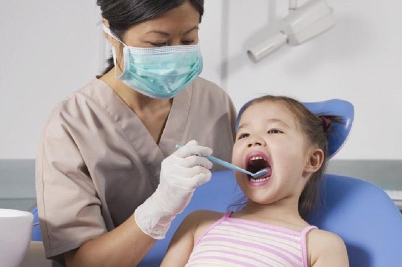 Cho bé tới nha sĩ kiểm tra và điều trị kịp thời