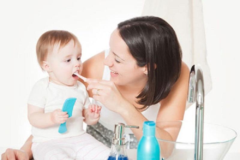 Vệ sinh răng miệng sạch sẽ giúp đề phòng sún răng