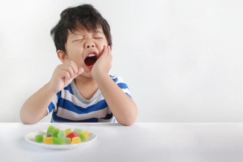 Xuất hiện mảng bám, cao răng là dấu hiệu nhận biết viêm nha chu ở trẻ nhỏ