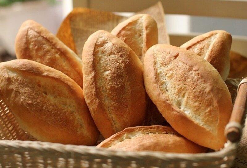 Bị áp xe răng kiêng ăn gì? Bánh mì có thể gây hiện tượng kích ứng