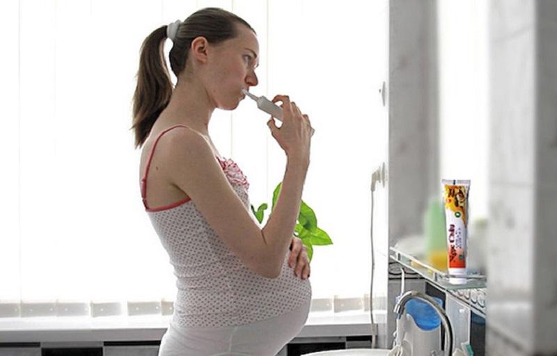 Đánh răng đều đặn 2 lần/ ngày giúp loại bỏ vi khuẩn