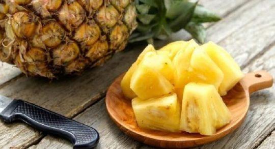 Khi gọt trái thơm phải gọt sạch lớp vỏ bên ngoài và nhớ bỏ hết mắt.