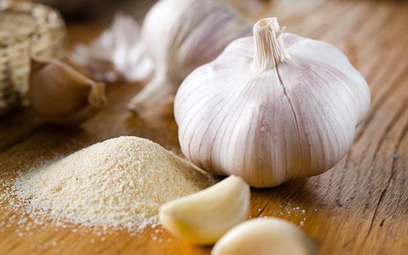 Bạn có thể kết hợp tỏi và muối để làm sạch khoang miệng và đẩy lùi cơn đau răng một cách nhanh chóng