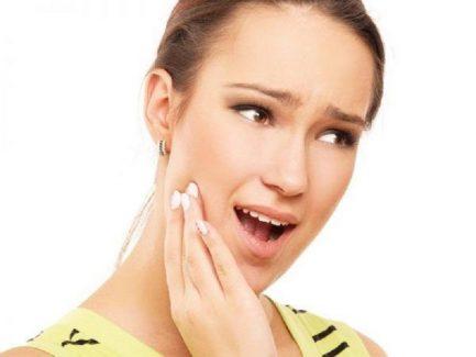 Ê răng sau khi cạo vôi do nhiều nguyên nhân khác nhau gây ra