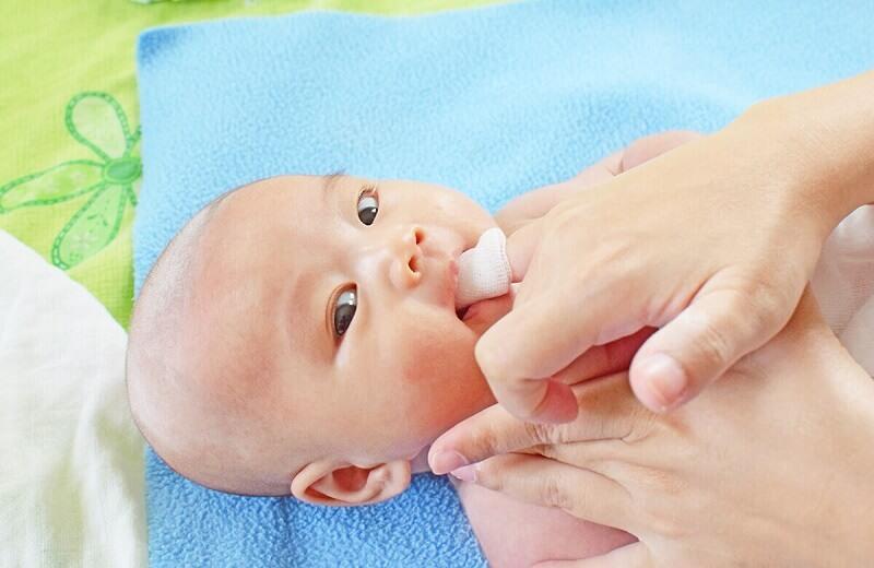Chú ý cần nhớ khi sử dụng gạc rơ lưỡi cho trẻ nhỏ
