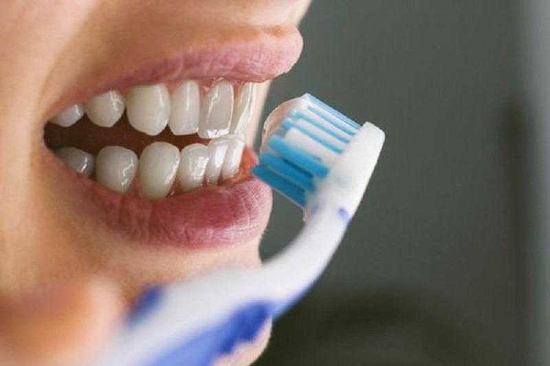Mỗi ngày vệ sinh răng miệng 2 lần vào buổi sáng và tối trước khi đi ngủ