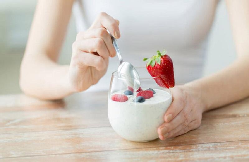 Người có sức đề kháng tốt thì việc ăn sữa chua cũng giúp đẩy lùi bệnh nấm miệng
