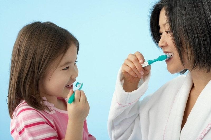 Việc vệ sinh răng miệng sạch sẽ mỗi ngày là biện pháp phòng tránh tưa lưỡi tốt nhất