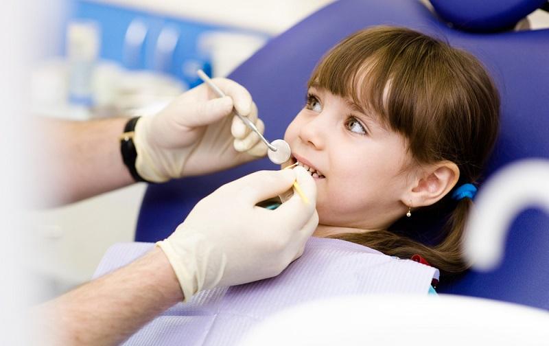 Đến gặp nha sĩ để đảm bảo nhổ răng sữa cho trẻ an toàn tuyệt đối