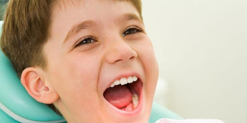 Răng sữa mọc lệch có nên nhổ không?