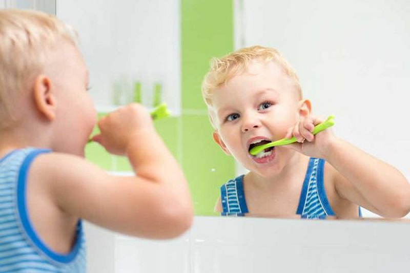 Mỗi ngày cần cho bé đánh răng 2 lần vào thời điểm sau khi ăn
