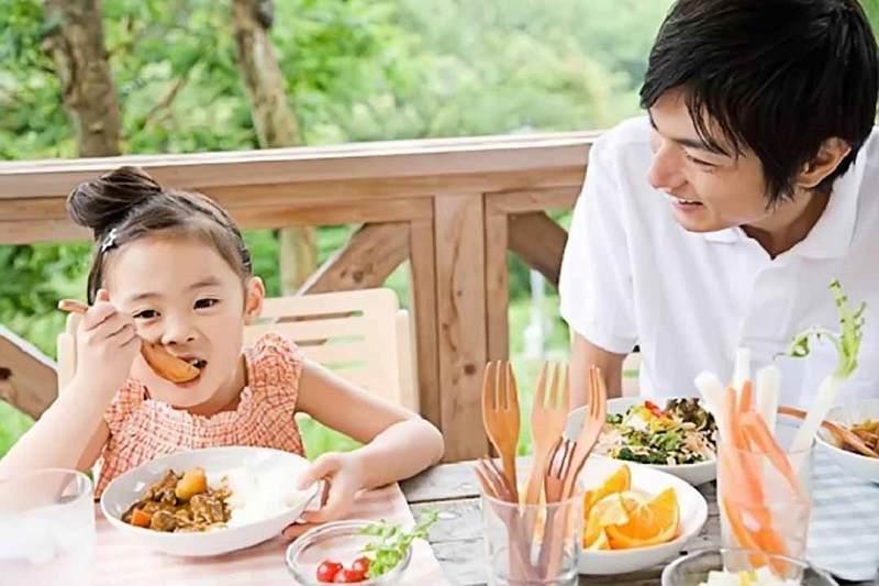 Cân bằng thực đơn hàng ngày giúp bé tránh được các tác nhân gây hại cho răng