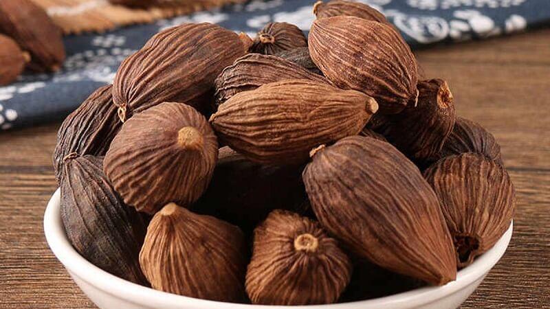 Thảo quả có chứa Carbohydrate, Vitamin, Thiamin, Protein, Niacin, Riboflavin