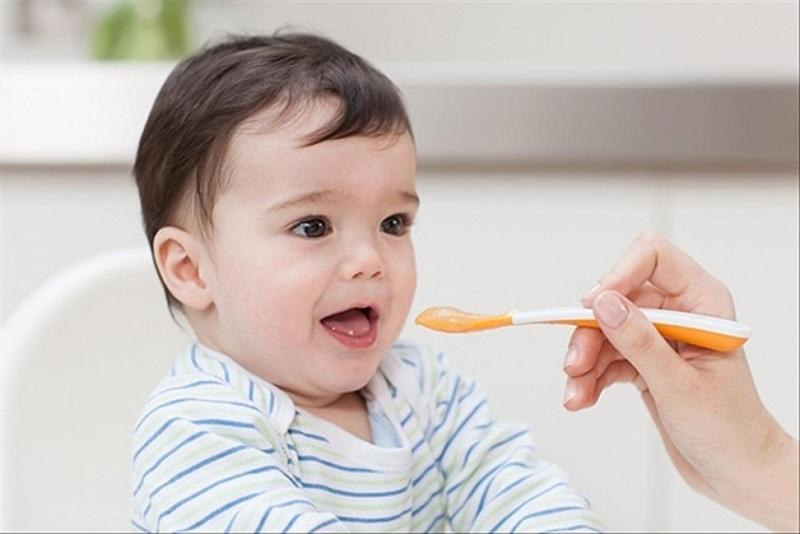 Mẹ cần cung cấp đầy đủ dưỡng chất cho bé