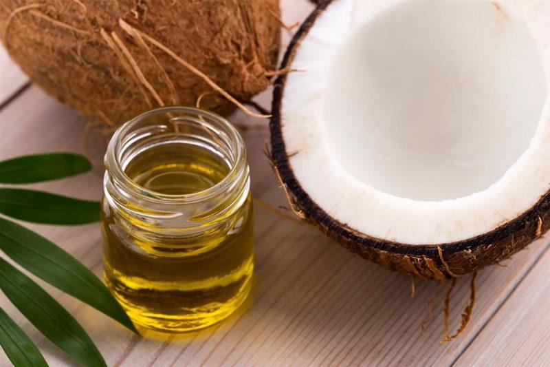 Súc miệng là một trong những cách trị sâu răng bằng dầu dừa phổ biến hiện nay