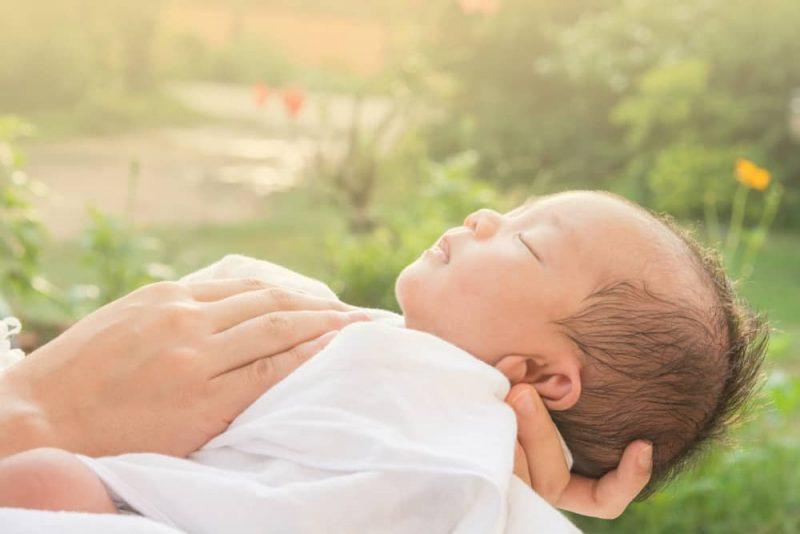 Tắm nắng vào buổi sáng sớm giúp bé hấp thụ tốt canxi