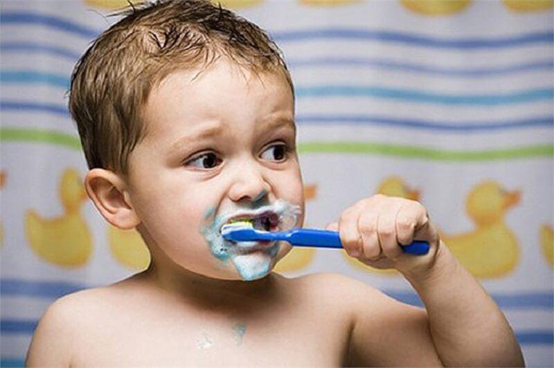 Mỗi ngày cho bé đánh răng 2 lần