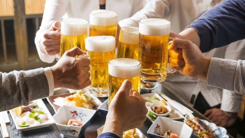 Không uống rượu bia vì sẽ tăng thêm sự kích ứng lên phần nướu