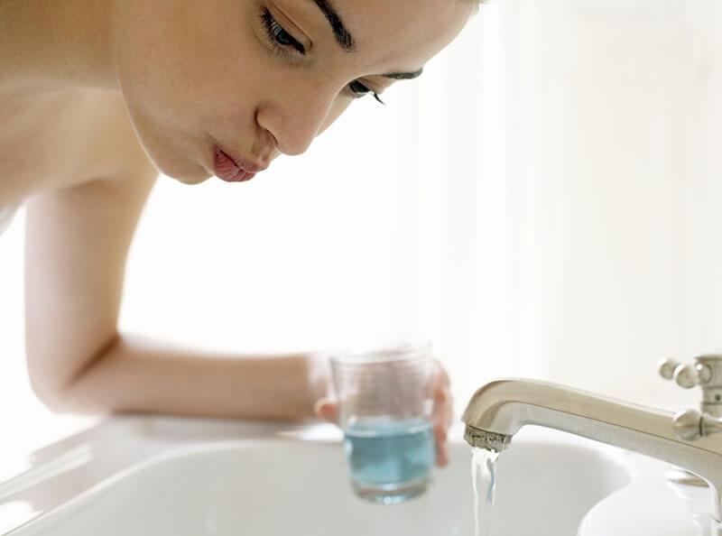 Thực hiện vệ sinh răng miệng sạch sẽ mỗi ngày