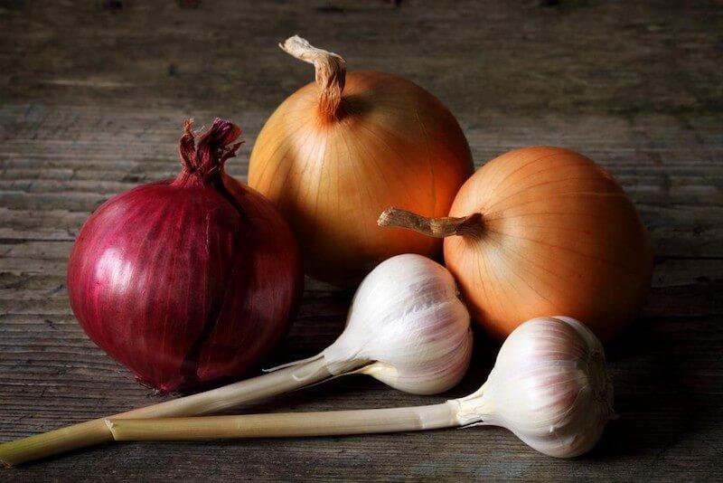 Những thực phẩm dễ gây mùi có thể kể đến là hành, tỏi,..., hương vị của các loại gia vị này thường rất nồng