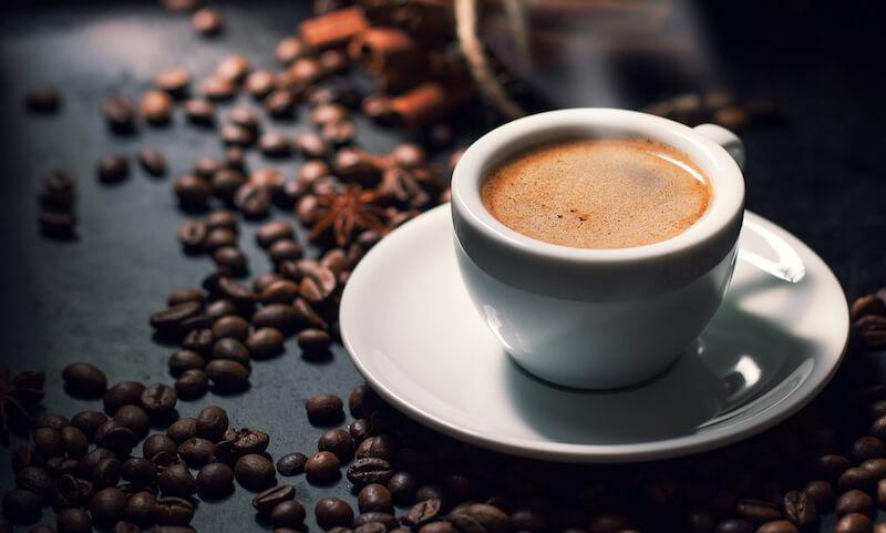 Hôi miệng nên ăn gì? Tránh sử dụng cà phê quá nhiều