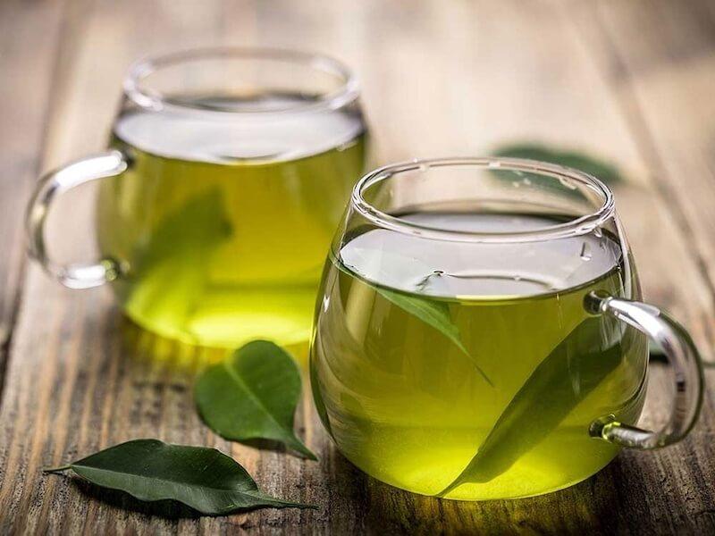 Trà xanh có chứa nhiều polyphenol giúp loại bỏ nồng độ chất lưu huỳnh trong miệng gây nên mùi hôi.