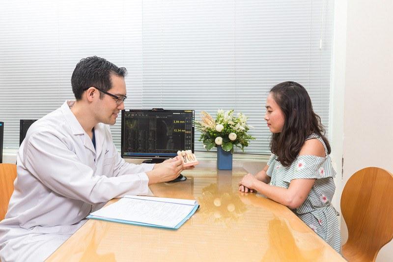 Bác sĩ Trần Hữu Tâm đang tư vấn điều trị cho khách hàng
