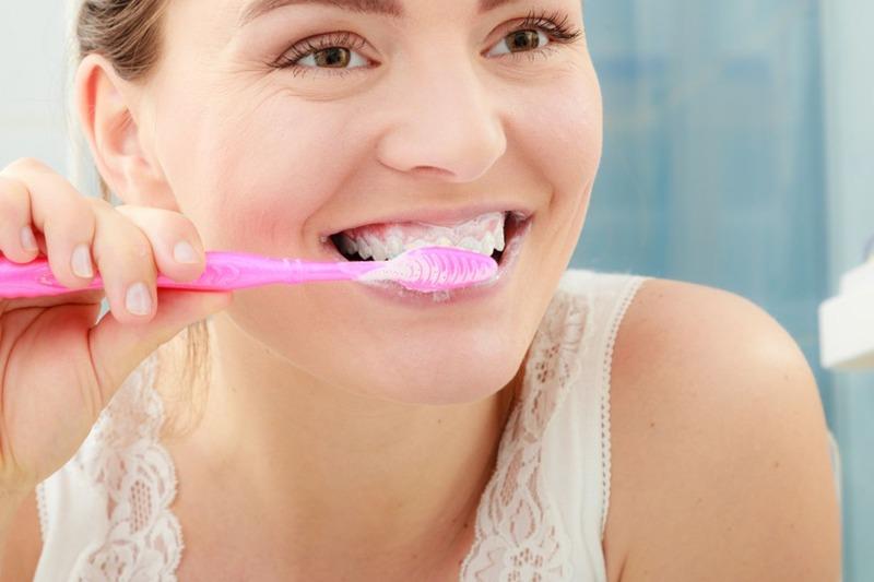 Sau khi dán sứ Veneer, mọi người nên sử dụng bàn chải lông mềm để đánh răng