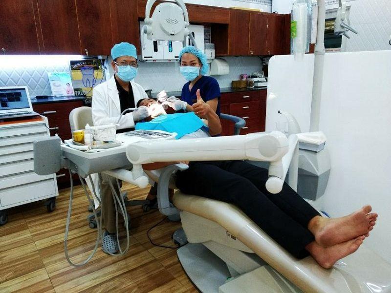 Bác sĩ tại Nha khoa Trường Thành đang thăm khám cho bệnh nhân