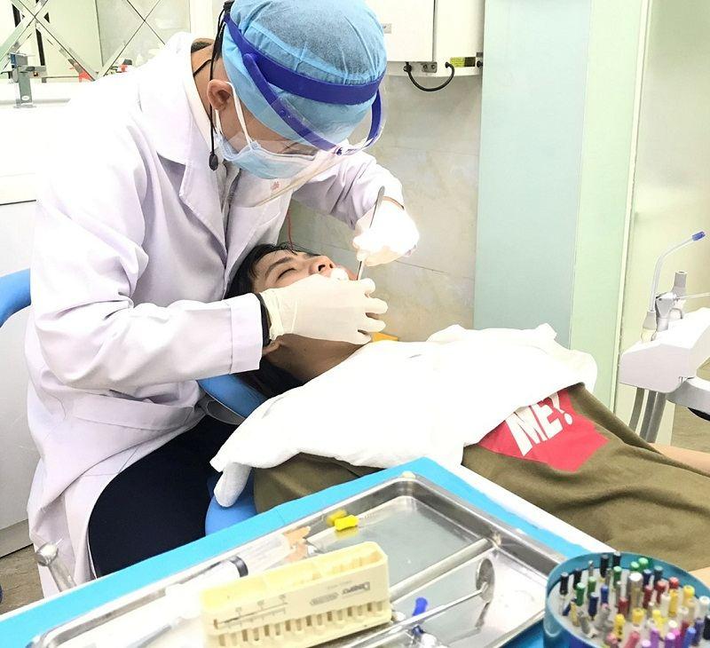 Bác sĩ của nha khoa Thế Hệ Mới đang thăm khám cho bệnh nhân