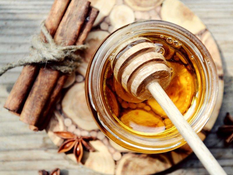 Cách trị hôi miệng bằng mật ong và bột quế là một bài thuốc dân gian điều trị hôi miệng rất hiệu quả