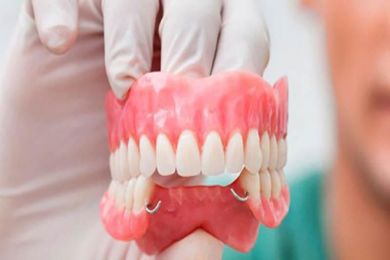 Răng giả tháo lắp thường được sử dụng nhiều ở người cao tuổi