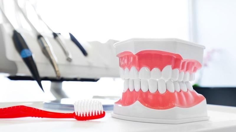 Răng tháo lắp phải được vệ sinh hàng ngày