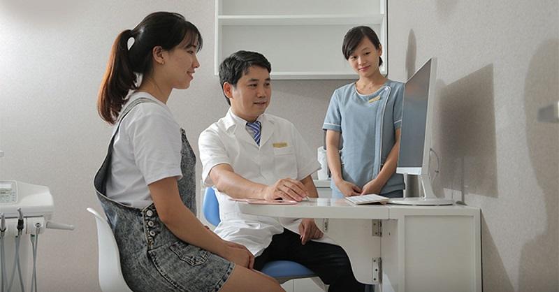 Thăm khám bác sĩ để được tư vấn rõ ràng hơn về thời gian trồng răng