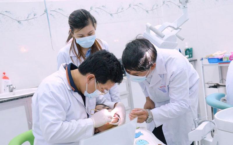 Nha khoa ở Bình Phước - Các bác sĩ đang khám răng cho bệnh nhân