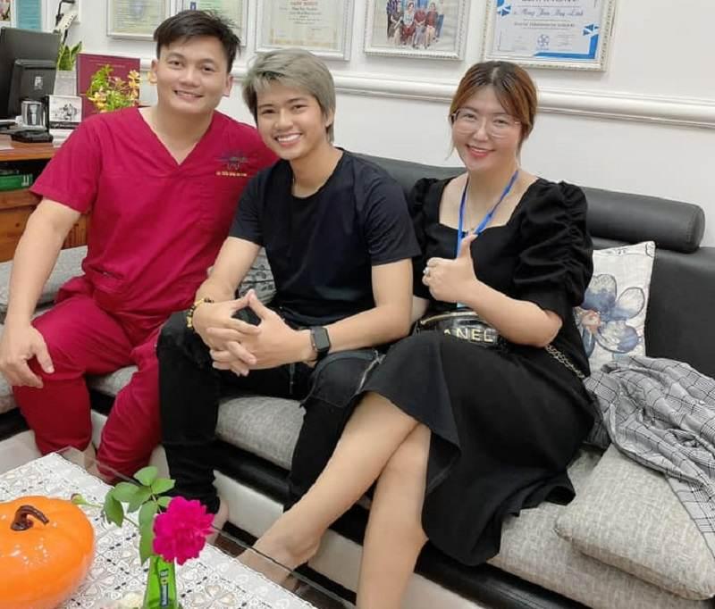 Bác sĩ ở nha khoa ở Cà Mau Duy Linh HT chụp ảnh với khách hàng