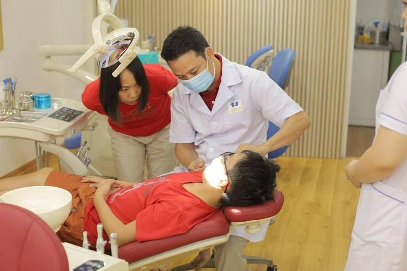 Bác sĩ nha khoa Hà Thành đang thăm khám cho bệnh nhân