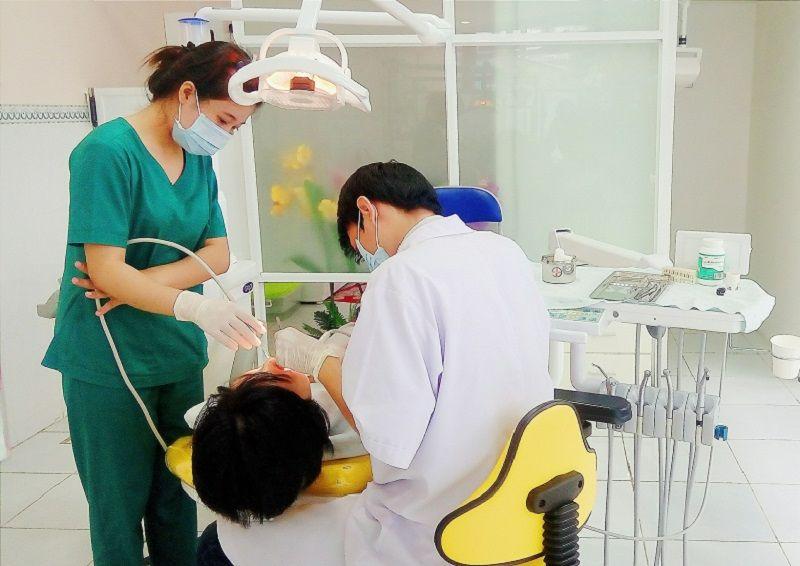 Nha khoa của bác sĩ Lâm đang thăm khám cho khách hàng