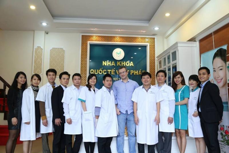 Hình ảnh đội ngũ nhân viên nha khoa Việt Pháp ở Đà Nẵng