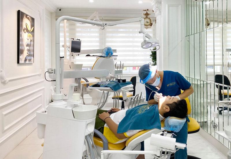Hình ảnh bác sĩ đang chữa trị cho bệnh nhân tại Nha khoa Ngọc Lan