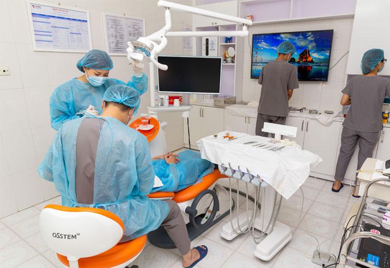 Hình ảnh bác sĩ đang điều trị tại Nha khoa Quốc tế Việt Mỹ