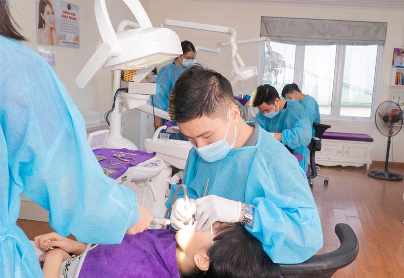 Hình ảnh bác sĩ tại nha khoa Lê Gia Group đang điều trị cho bệnh nhân